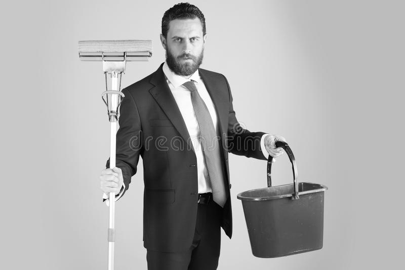 Büroreinigungsservice Besen und Eimer in der Hand des bärtigen Mannes oder des Geschäftsmannes stockfotos
