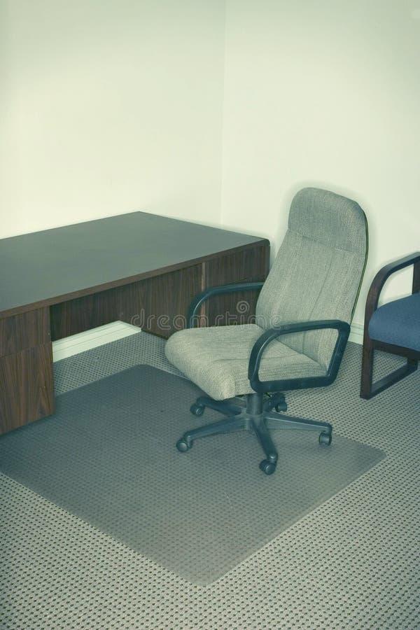 Bürostuhl und -schreibtisch lizenzfreies stockfoto