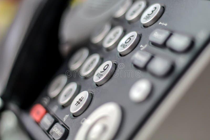 Bürotelefon für Kommunikationen mit dem Hintergrund verwischt stockfoto