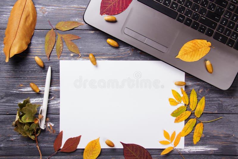 Bürotisch mit Computer und Herbstlaub stockfoto