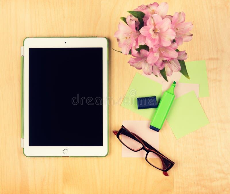 Bürotisch mit digitaler Tablette, Lesebrille und klebrigen Anmerkungen Ansicht von oben lizenzfreie stockfotografie