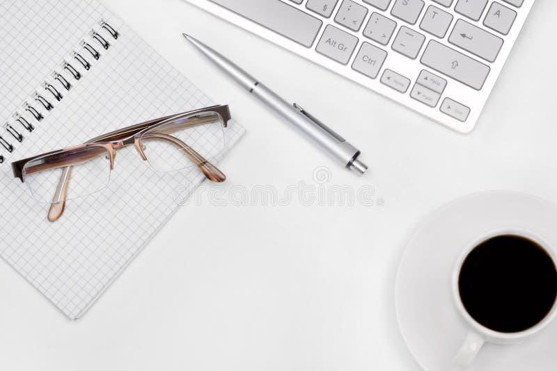 Bürotisch mit Notizblock, Computer und Kaffeetasse stockfotografie