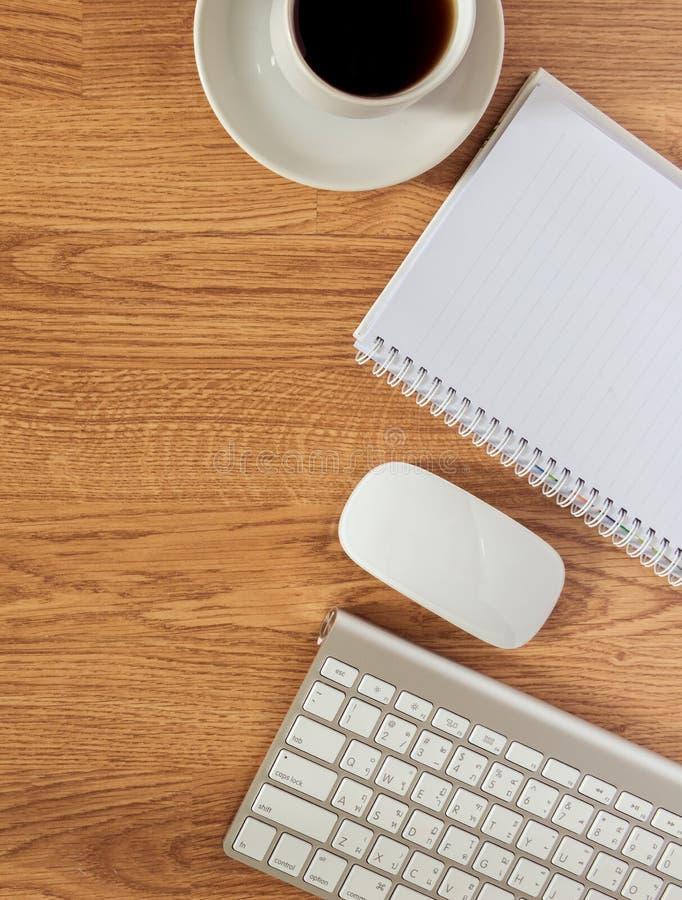 Bürotisch mit Notizblock, Computer und Kaffeetasse und Computer stockfotos
