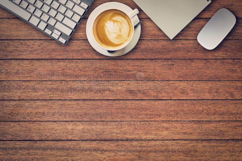 Bürotisch mit Notizblock, Computer und Kaffeetasse und Computer stockfotografie