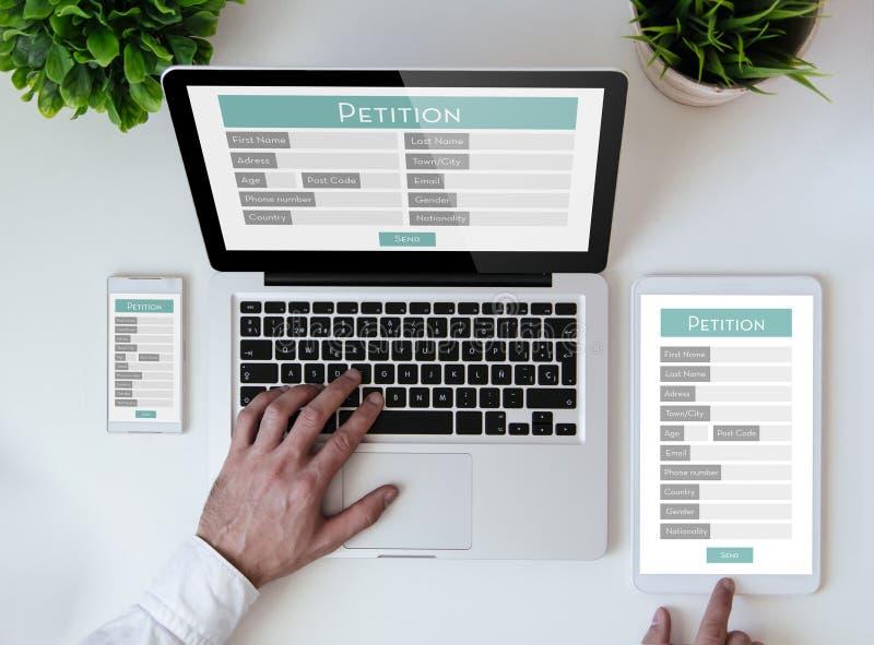 Bürotischplattenon-line-Petitionsform stockbilder