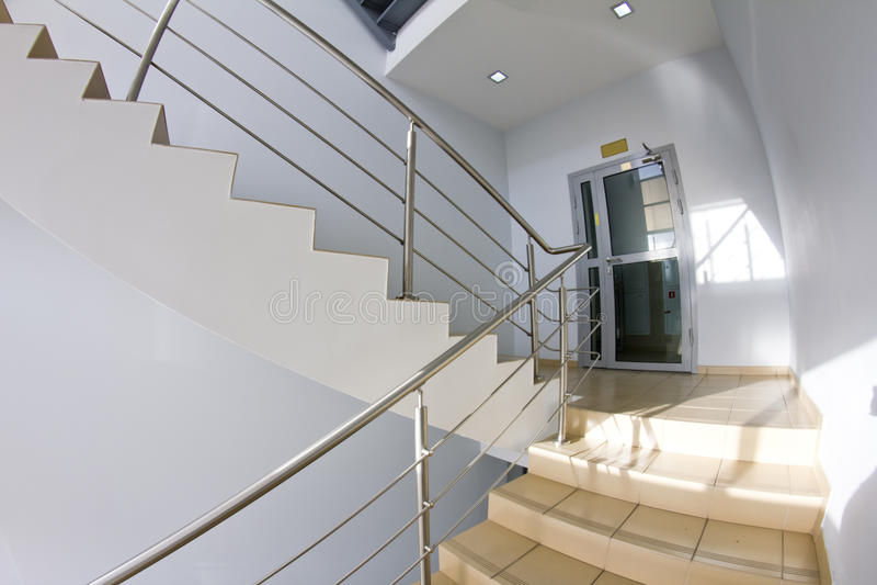 Bürotreppenhaus (fisheye Schnappschuß) lizenzfreies stockfoto
