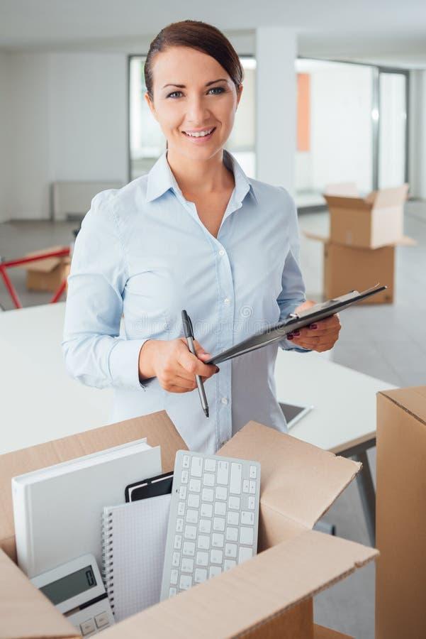 Büroverlegungscheckliste lizenzfreie stockbilder
