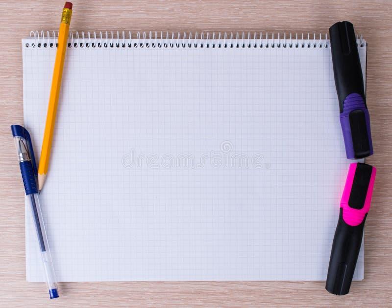 Bürowerkzeuge und -briefpapier stockfotos