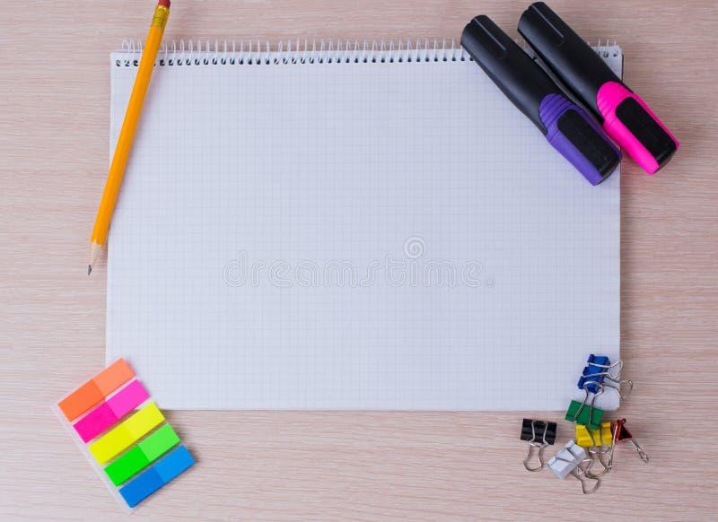 Bürowerkzeuge und -briefpapier stockfotografie