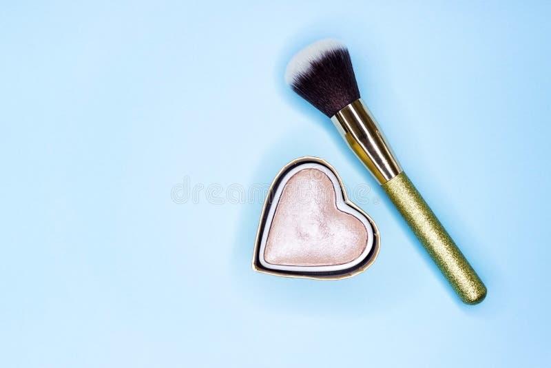 Bürste für Make-up auf einem blauen Hintergrund mit Funkeln stockbilder