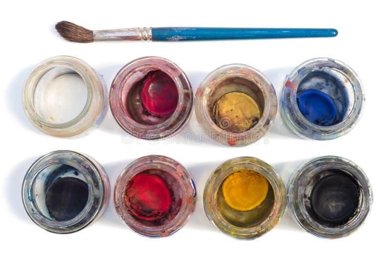 Bürste und benutzte Aquarelle lokalisiert auf Weiß lizenzfreies stockfoto