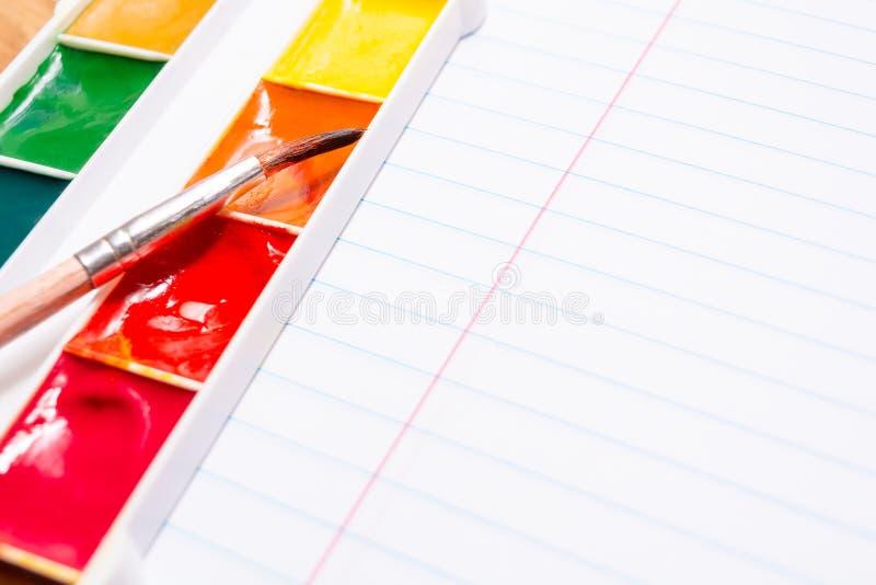 Bürste und helle farbige Aquarellfarben briefpapier stockfotos