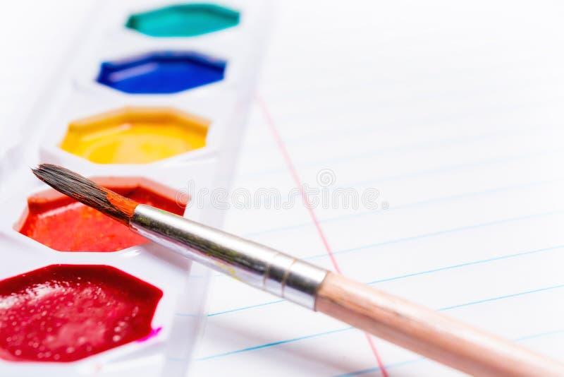 Bürste und helle farbige Aquarellfarben briefpapier stockfoto