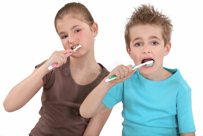 Bürstende Zähne des Bruders und der Schwester. stockbilder