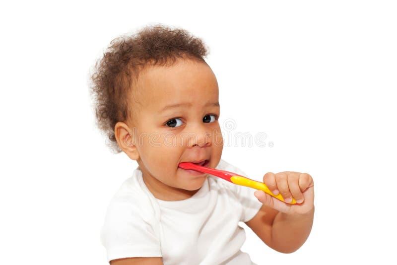 Bürstende Zähne des schwarzen Babykleinkindes lizenzfreie stockbilder