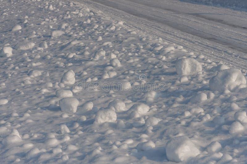 Büschel des Schnees Weiße Schneeflocken auf einem blauen Hintergrund stockbild