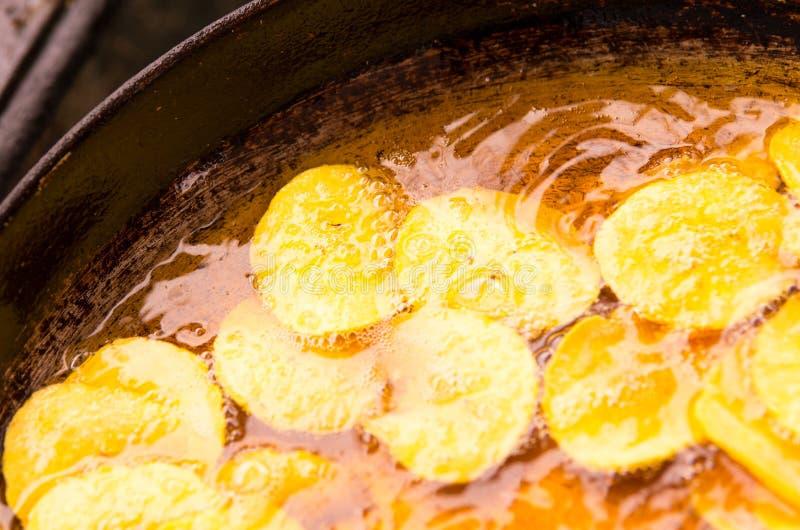 Bąble pojawiać się wokoło bananów smażący banany, gdy swój wchodzić do oliwić zdjęcie stock