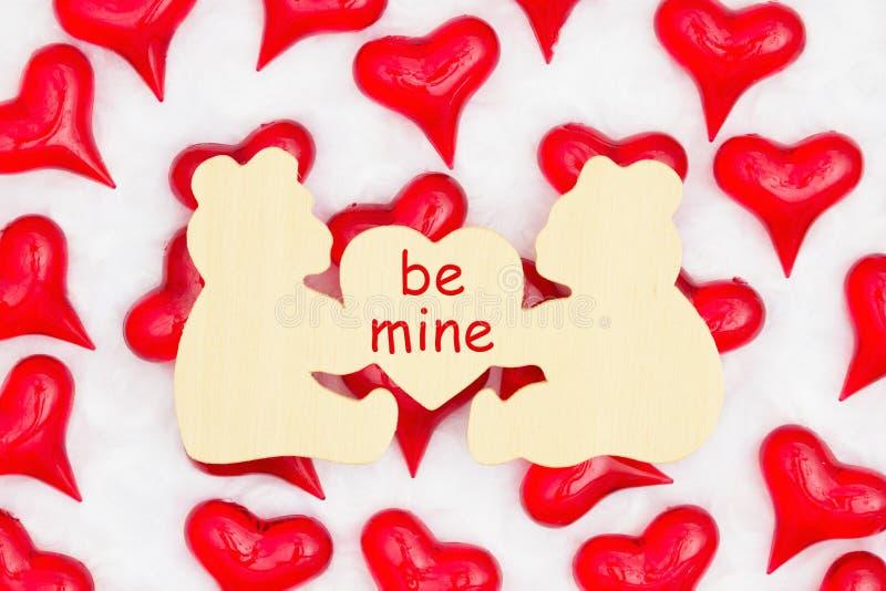Bądź moją wiadomością na znaku misia z czerwonymi sercami na białej tkaninie obraz stock
