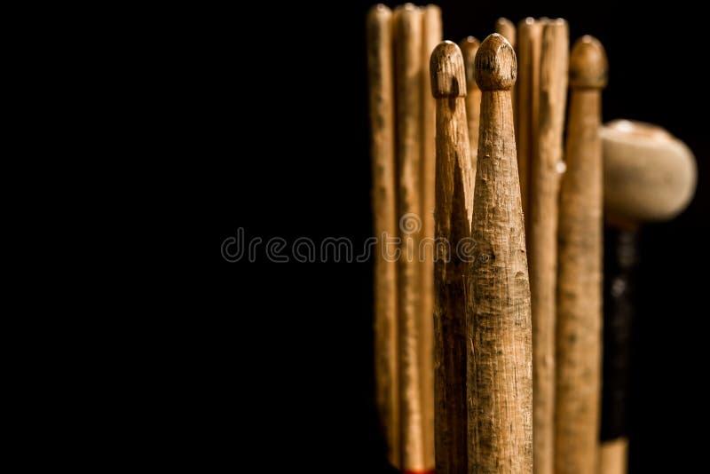 Bębenów kije dla bębenów, czarny tło obrazy stock