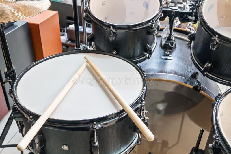Bęben ustawiający z drumsticks zdjęcia royalty free