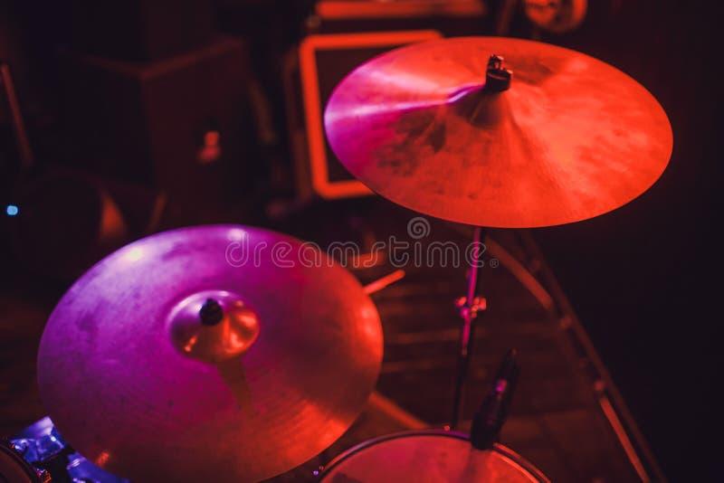 Bębenu zestaw na scenie w światło reflektorów kolorze zdjęcie stock