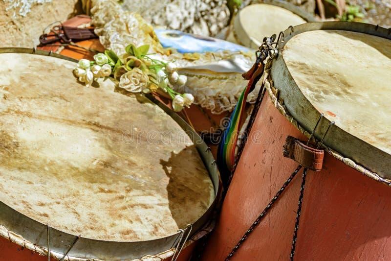 Bębeny używać w Brazylijskim ludowym festiwalu na cześć świętego George obrazy stock