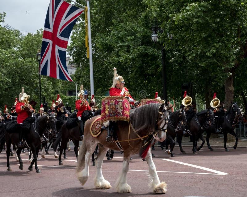 Bębni konia z jeźdzem, z gospodarstwo domowe kawalerią behind, brać część w Gromadzić się Colour militarną ceremonię, Londyn UK zdjęcia royalty free