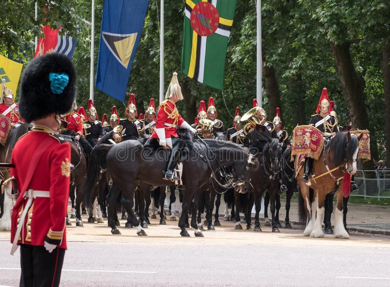 Bębni konia z jeźdzem, wraz z gospodarstwo domowe kawalerią bierze część w Gromadzić się Colour militarną ceremonię, Londyn UK obraz stock