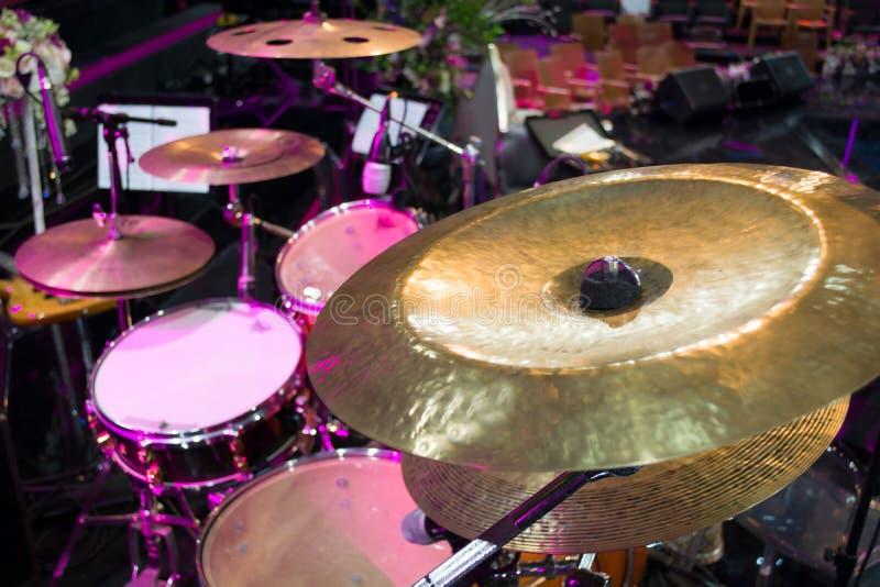 Bębni setu i muzyki notatki w koncertowym studiu zdjęcia stock