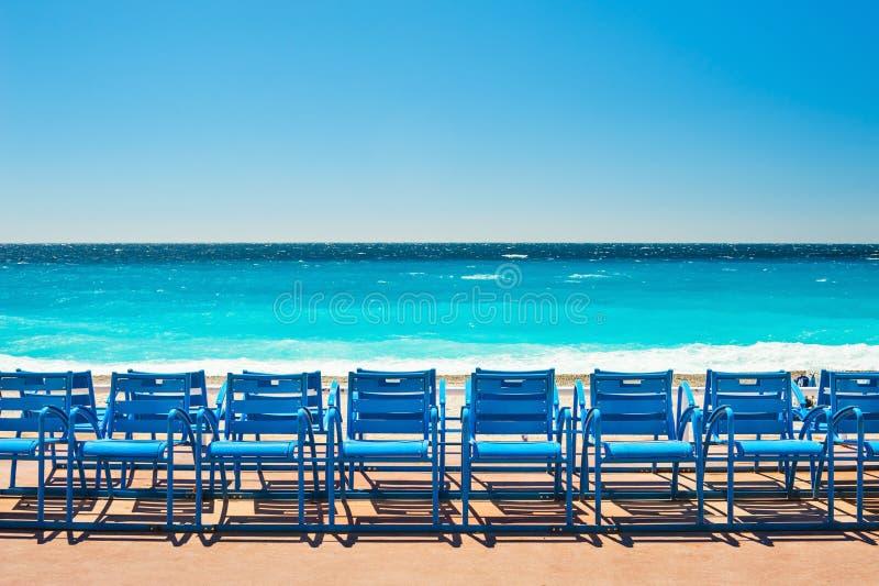 Błękitów krzesła na deptaka des Anglais w Ładnym, Francja obraz stock