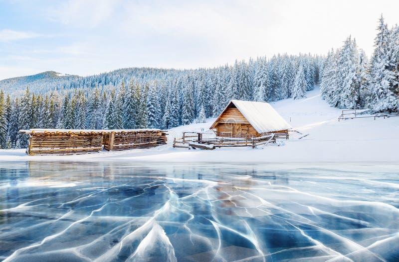 Błękitów pęknięcia na powierzchni lód i lód Zamarznięty jezioro pod niebieskim niebem w zimie Kabina w górach zdjęcia royalty free