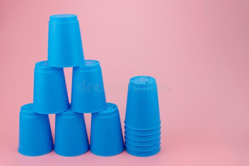 Błękit broguje plastikowe filiżanki Prędkości sterty filiżanka fotografia stock