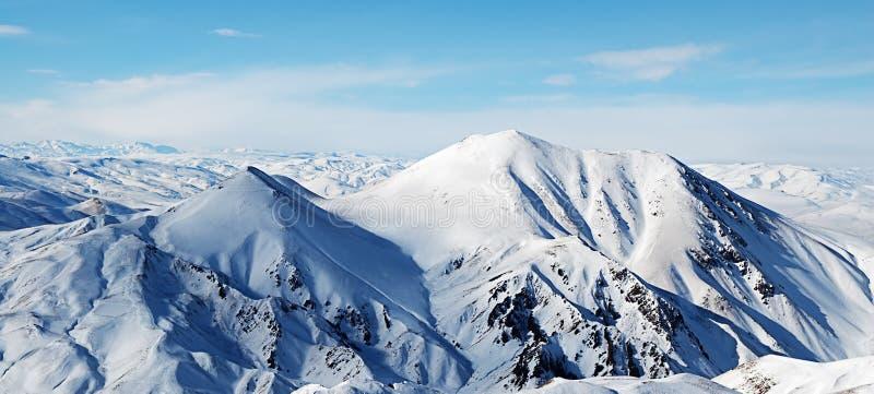błękit chmurnieje góry nad niebem zdjęcia stock