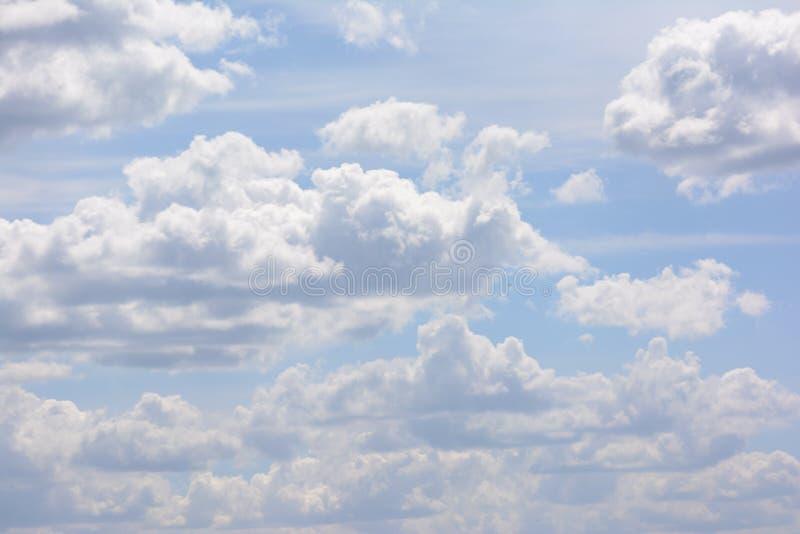 błękit chmurnieje niebo biel Piękny naturalny zjawisko zdjęcia royalty free
