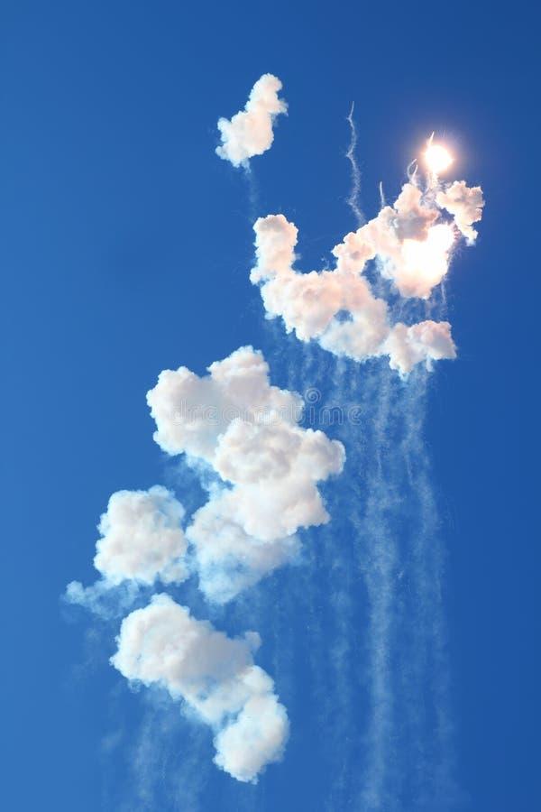 błękit chmurnieje petard fajerwerków nieba biel obraz royalty free