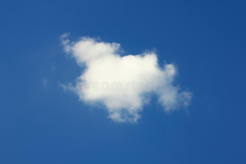 błękit chmury pojedynczy niebo zdjęcie stock
