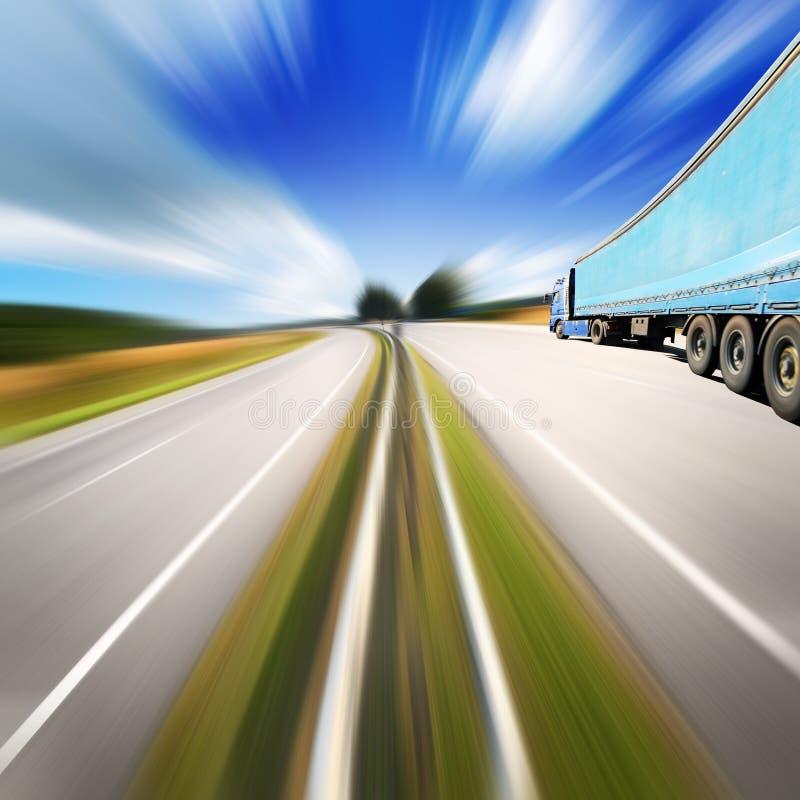 Błękit ciężarówka na autostrady throurg lato odpowiada obraz stock
