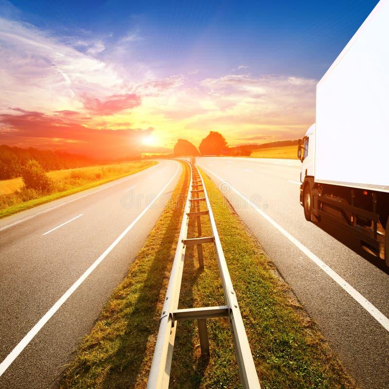 Błękit ciężarówka na autostrady throurg lato odpowiada zdjęcie stock