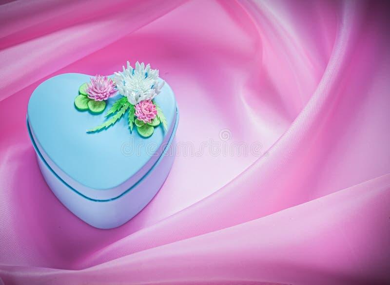 Błękit dekorował prezenta pudełko na różowym tkaniny tła wakacji conce fotografia royalty free