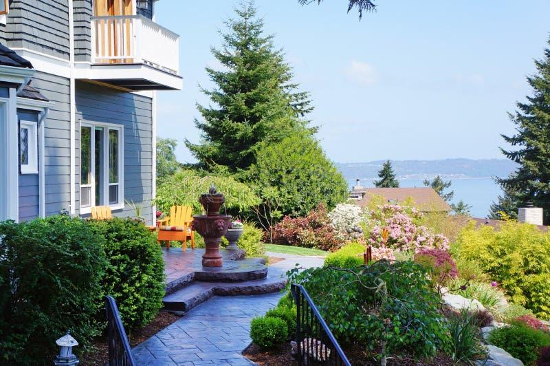 Błękit dom z fontanną i pięknym krajobrazem. zdjęcie stock