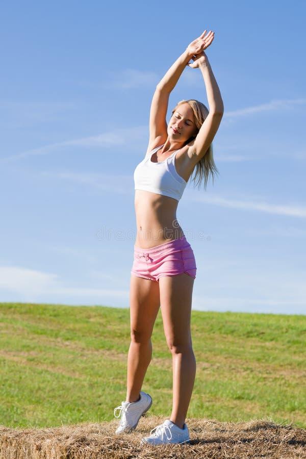 błękit dysponowana nieba sporta rozciągania lato kobieta obrazy stock
