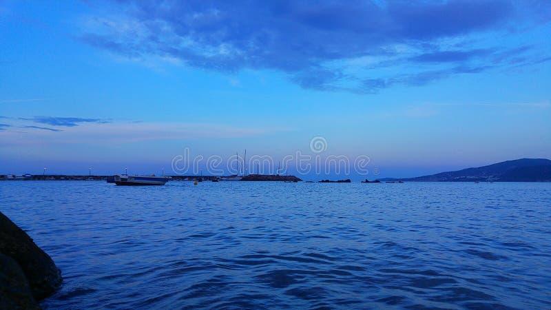 Błękit i łódź obrazy stock