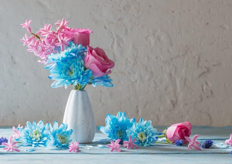Błękit i menchia kwitniemy w wazie obrazy royalty free