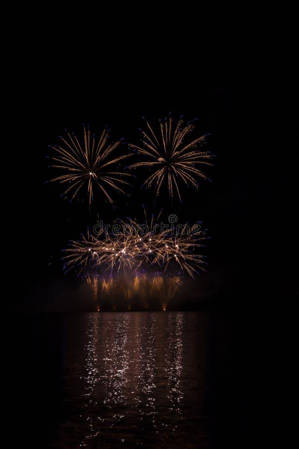 Błękit i złoto gramy główna rolę z skwarkową fontanną od bogatych fajerwerków nad Brno tamą z jeziornym odbiciem zdjęcia royalty free
