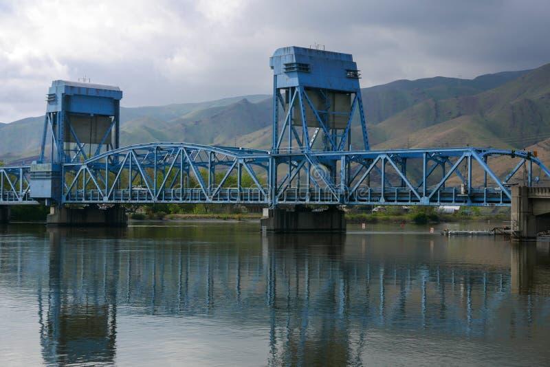Błękit Lewiston Clarkston bridżowy rozciągający się wąż rzekę fotografia stock