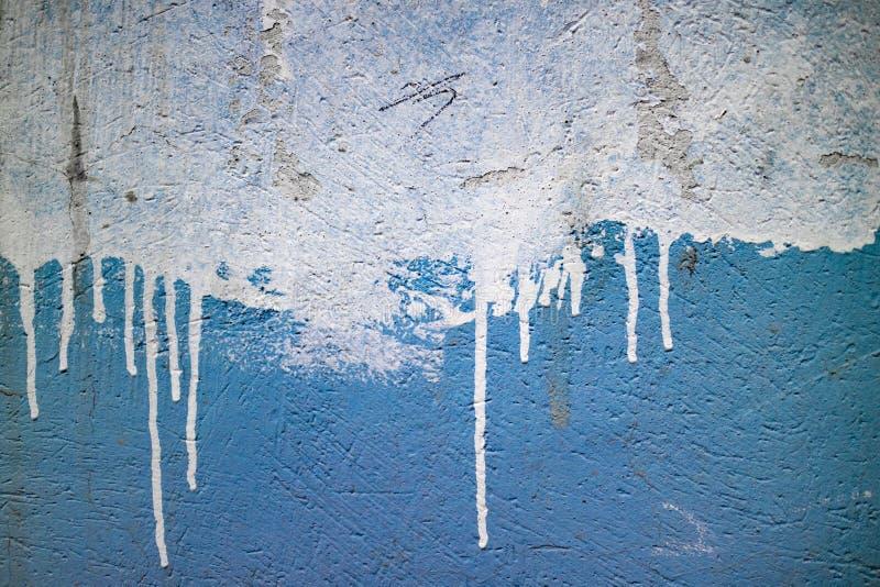 Błękit malująca ściana z białą wyciek farbą zdjęcie royalty free