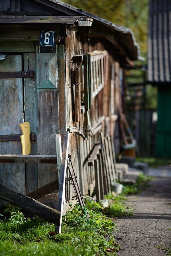 Błękit malujący metalu domu znak uliczny z sześć cyframi blisko na drewnianej ścianie stajnia lub nameplate z ostrość wiejskiego  zdjęcia royalty free