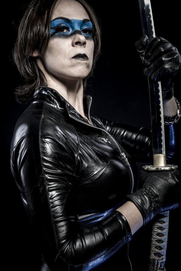 Błękit maska, kobieta z katana kordzikiem w lateksowym kostiumu obrazy royalty free
