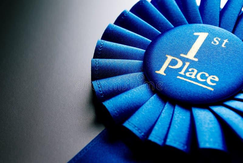Błękit najpierw umieszcza zwycięzca różyczkę obraz stock