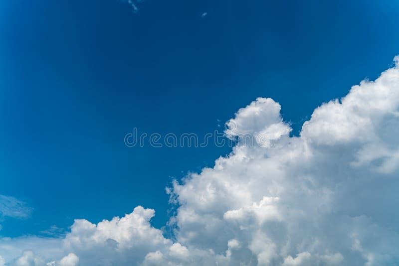 błękit obłoczny nieba biel obraz royalty free